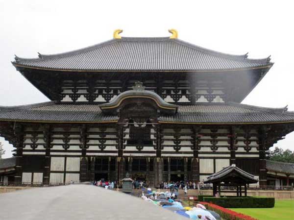 雨の中の東大寺