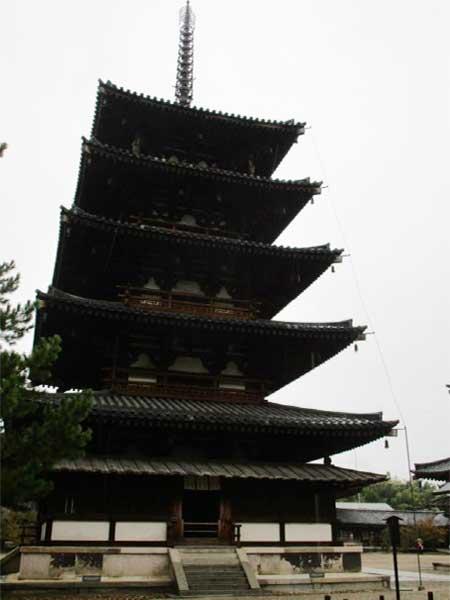 雨の中の法隆寺