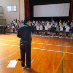 4年生 学習発表会の練習 校務員の三井さんから手話を学びました。